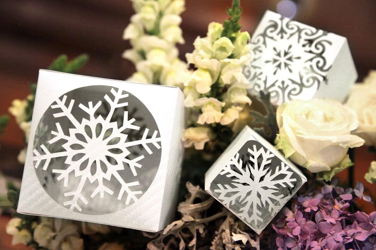 Paper cutting untuk dekorasi natal, dipotong dengan cutter di kertas berwarna warni