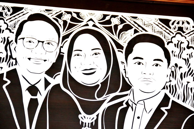 Foto keluarga unik, eksklusif, dari paper cutting, ukir kertas, dengan sketsa wajah anggota keluarga